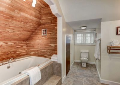 Jetted Tub Bathroom Edwards Suite at Mayneview Luray VA